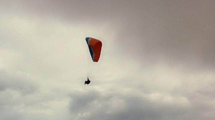Pengunjung sedang olahraga pralayang di kawasan Puncak Lawang Kecamatan Matur, Kabupaten Agam, Sumatera Barat