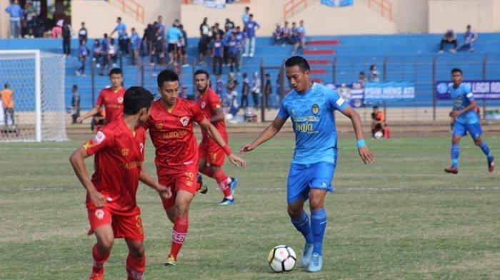 Raymond Tauntu (kanan) saat tampil membela PSIM Yogyakarta di kompetisi Liga 2 2018.