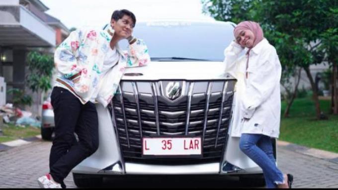 Rizky Billar dan Lesti Kejora dapat hadiah mobil mewah Toyota Alphard.