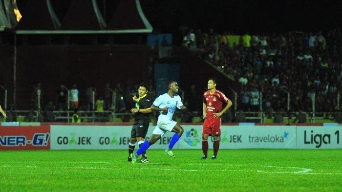 Romario-Roberto-Rumpaisum-putih-saat-PSM-Makassar.jpg