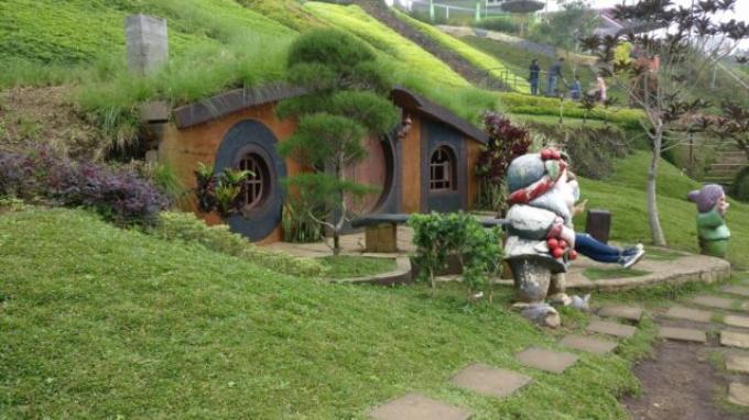 Ilustrasi Rumah Hobbit Malang