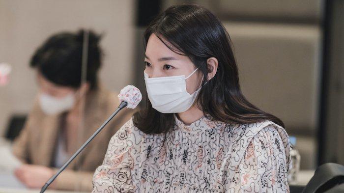 Shin Min A untuk drama Korea Hometown Cha-Cha-Cha (Netflix)