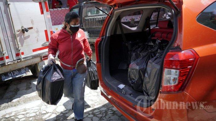 Relawan menyiapkan makanan yang akan diberikan kepada tenaga kesehatan dan warga di dapur umum peduli Covid-19, di Karet, Semanggi, Jakarta Selatan, Senin (12/7/2021), Pemberian makanan gratis tersebut untuk meringankan beban warga yang terdampak Pemberlakuan Pembatasan Kegiatan Masyarakat (PPKM) Darurat dan warga yang melakukan isolasi mandiri serta membantu tenaga kesehatan. Menurut keterangan relawan, dalam sehari dapur umum tersebut menghasilkan rata-rata 1.000 paket makanan.