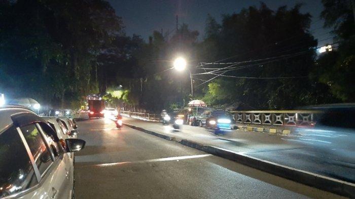 Suasana di Jalan Patal Senayan, Grogol Utara, Kebayoran Lama, Jakarta Selatan, Jumat (17/9/2021) malam. Warga sekitar sempat mendengar suara ledakan dari arah kawasan GBK.