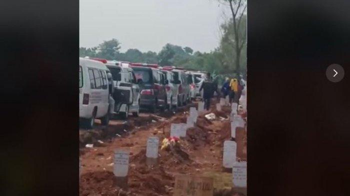 Suasana-di-TPU-Pedurenan-Bekasi-antrean-mobil-jenazah-ambulans.jpg