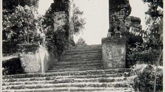 Tangga dan candi bentar masuk ke pemakaman Sunan Giri pada tahun 1932