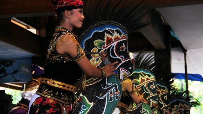 Terciptanya tari kreasi Ambarang terinspirasi dari pengamen seni Jaranan yang banyak ditemukan di Tulungagung