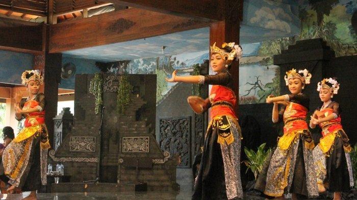 Tari Batik Pace sedang dipentaskan oleh para penari
