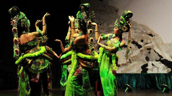 Tari Bedoyo Wulandaru sedang dipentaskan oleh para penari