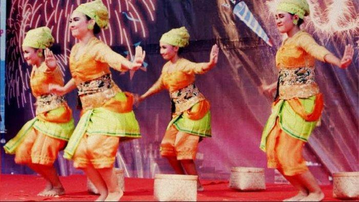 Tari Boran sedang dipentaskan oleh para penari