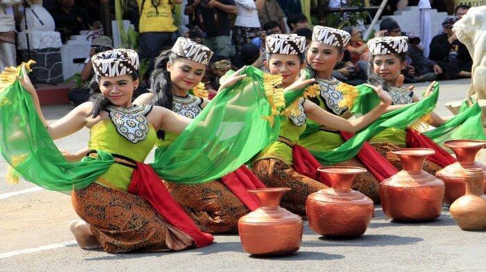 Remaja membawakan tarian Buyung pada perayaan Seren Taun di Gedung Paseban Tri Panca Tunggal, Cigugur, Kuningan, Jabar, Senin (6/10/2015)