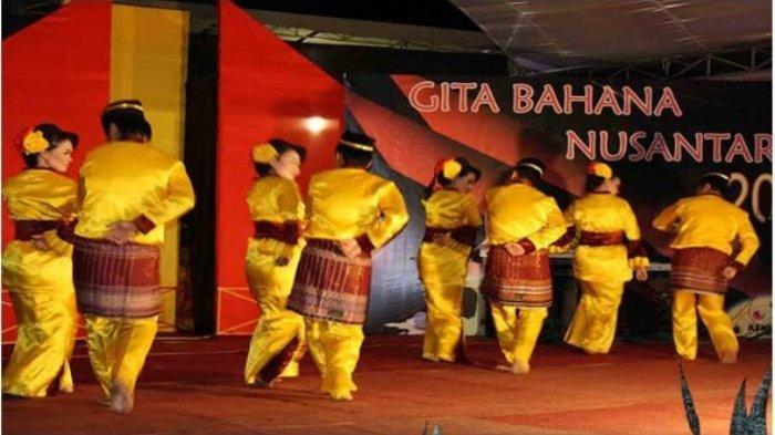 Tari Dana Dana sedang dipentaskan oleh para penari