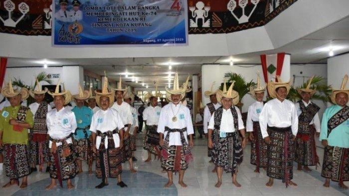 Para peserta lomba menari Foti di Lantai I Kantor Wali Kota Kupang, Rabu (7/8/2019).