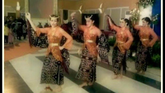 Tari Foti Lalendo sedang ditampilkan oleh para penari