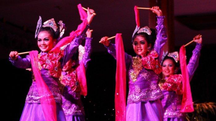 Tari Jepen sedang dipentaskan oleh para penari