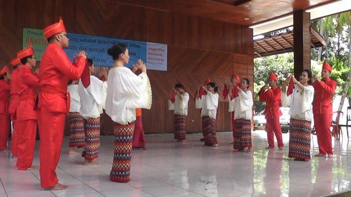 Tari Mahambak sedang ditampilkan oleh para penari