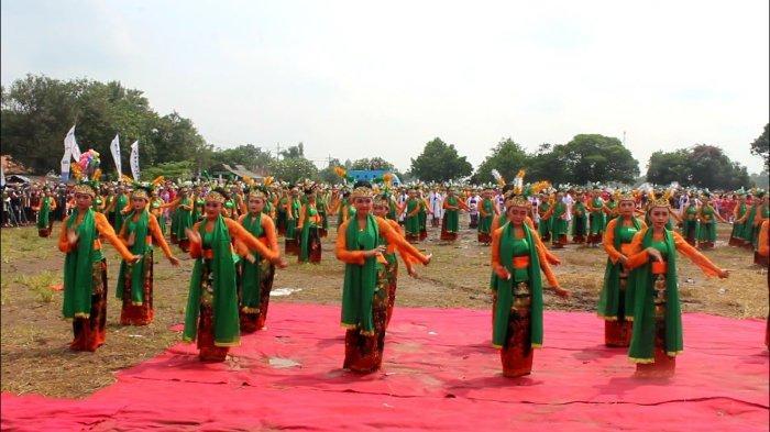 Tari Mayang Rontek sedang dipentaskan oleh para penari