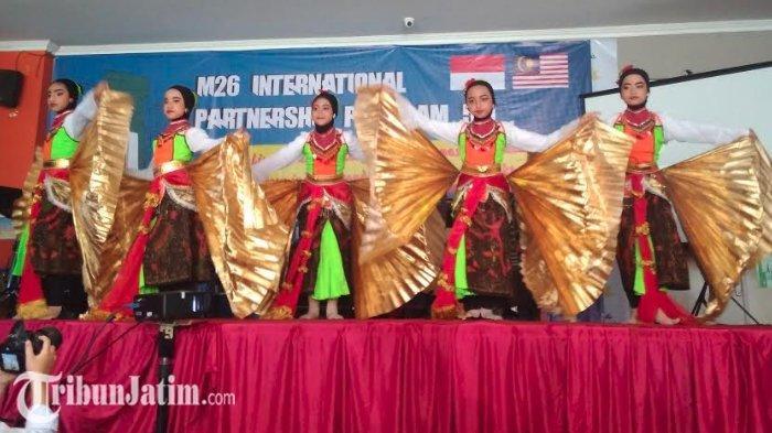 Tari Sparkling Surabaya sedang dipentaskan oleh siswa SD Muhammadiyah 26 Surabaya