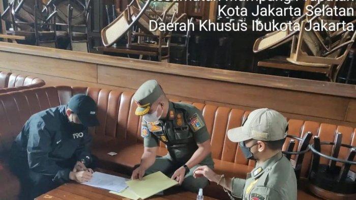 Restoran Holywings, Kemang, Jakarta Selatan dikenakan sanksi penutupan sementara 3x24 jam oleh Petugas Satpol PP DKI Jakarta Minggu (5/9/2021).
