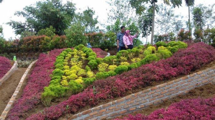 Pengunjung The Le Hu Garden sedang berselfie
