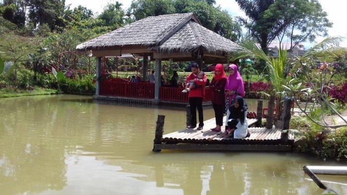 Pengunjung sedang menikmati suasana di kawasan wisata The Le Hu Garden