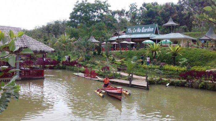 Pengunjung sedang mendayung perahu di kawasan The Le Hu Garden