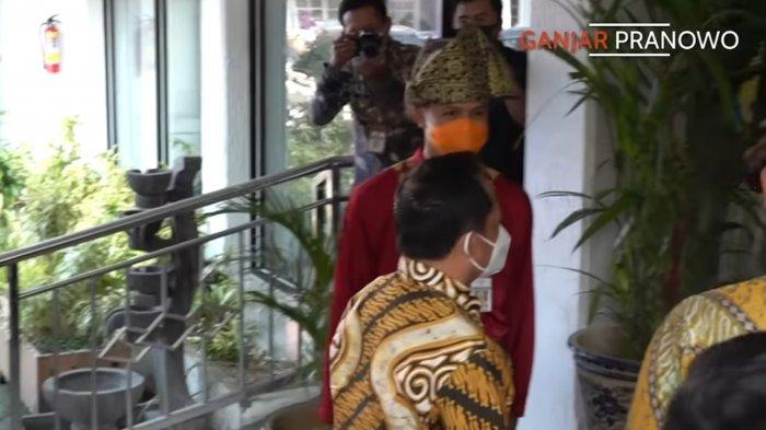 Menteri Dalam Negeri (Mendagri) Tito Karnavian tidak menyalami Gubernur Jawa Tengah Ganjar Pranowo saat penyambutan kedatangan dirinya saat melakukan Kunjungan Kerja di Kabupaten Kendal, Jawa Tengah pada Kamis (29/7/2021).