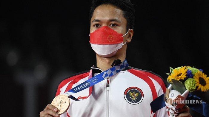 Tunggal-putra-Indonesia-Anthony-Sinisuka-Ginting-berpose-dengan-medali-perunggu.jpg