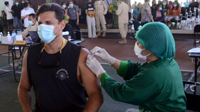 WNA-menerima-suntikan-vaksin-Covid-19-AstraZeneca-di-Denpasar-Bali.jpg