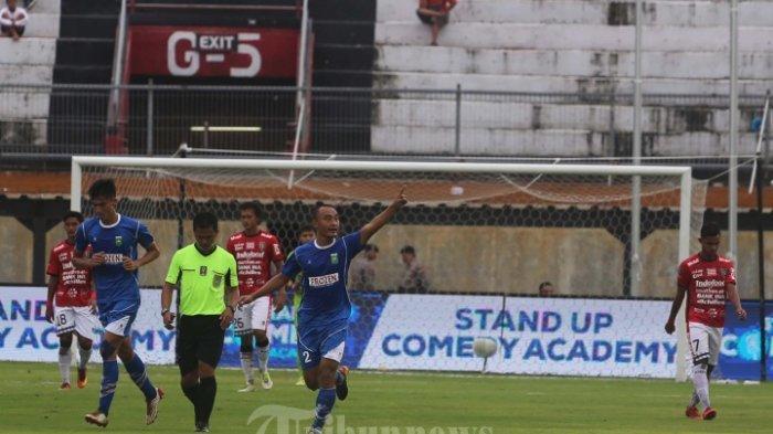 Wahyu Kristanto, melakukan selebrasi usai menjebol gawang Bali United dalam babak lanjutan Grup D Piala Presiden 2018 di Stadion Dipta, Gianyar.