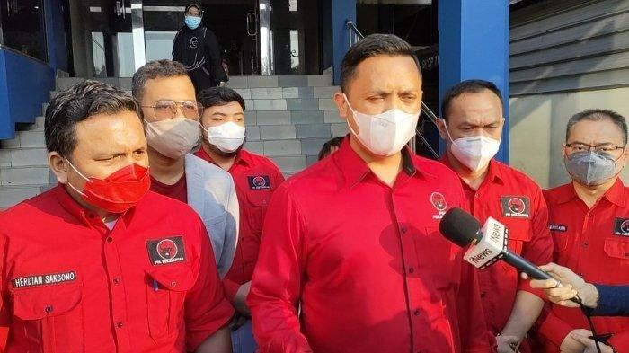 Wakil Ketua DPD PDI Perjuangan DKI Jakarta, Ronny Talapessy dan BBHAR PDIP DKI Jakarta, Herdian Saksono melaporkan akun YouTube Hersubeno Arief terkait konten hoaks yang menyebut Megawati sakit di Polda Metro Jaya, Jakarta, Rabu (15/9/2021).