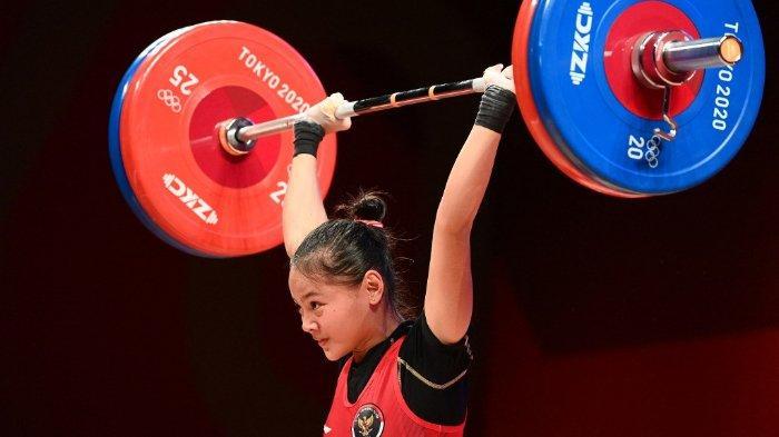 Atlet Indonesia Windy Cantika Aisah bertanding dalam cabang olahraga angkat besi 49kg putri pada Olimpiade Tokyo 2020 di Tokyo International Forum di Tokyo, 24 Juli 2021.