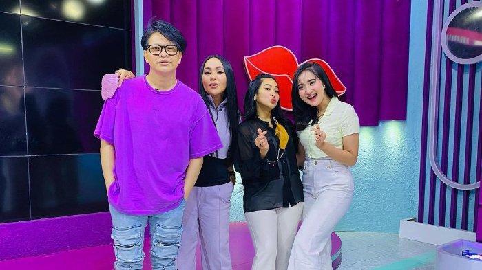 Yeni Inka berfoto bersama dengan para penyanyi ternama di Indonesia