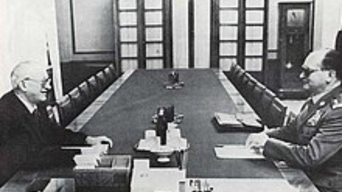 Jenderal Wojciech Jaruzelski bertemu dengan Andropov selama krisis 1980.