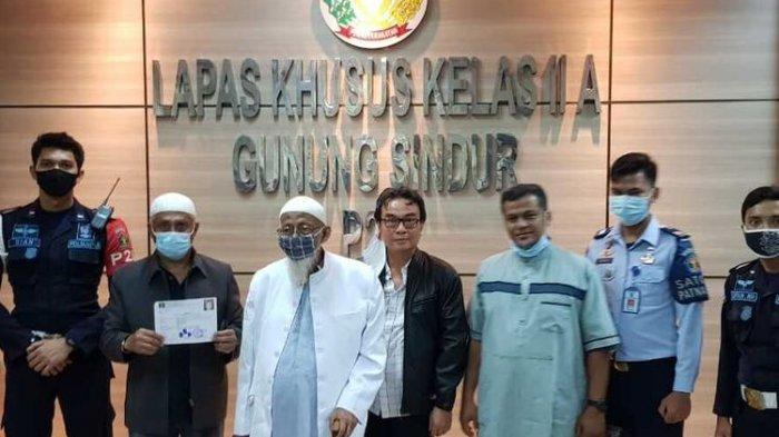 Abu Bakar Baasyir (ABB) resmi menghirup udara bebas dari Lembaga Pemasyarakatan (Lapas) Khusus Kelas llA Gunung Sindur, Kabupaten Bogor, Jawa Barat pada Jumat (8/1/2021) sekitar pukul 05.21 WIB.