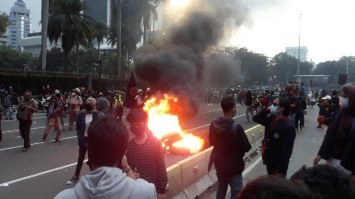 ban-yang-dibakar-massa-seusai-demonstrasi-penolakan-omnibus-law-uu-cipta-kerja.jpg