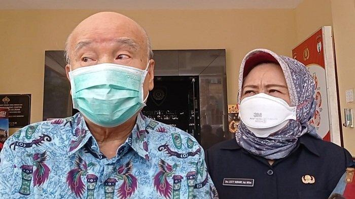 Prof dr Hardi Darmawan dan Kadinkes Sumsel dr Lesti Nuraini pasca penyerahan bantuan dari keluarga Almarhum Akidi Tio di Polda Sumsel, Senin (26/7/2021).