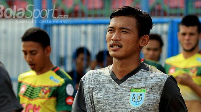 Pemain muda Persela Lamongan, Sendy Pratama, memasuki lapangan menjelang dimulainya laga perdana Suramadu Super Cup 2018 melawan Kedah FA di Stadion Gelora Bangkalan, Jawa Timur, Senin (08/01/2018) sore.(SUCI RAHAYU/BOLASPORT.COM)
