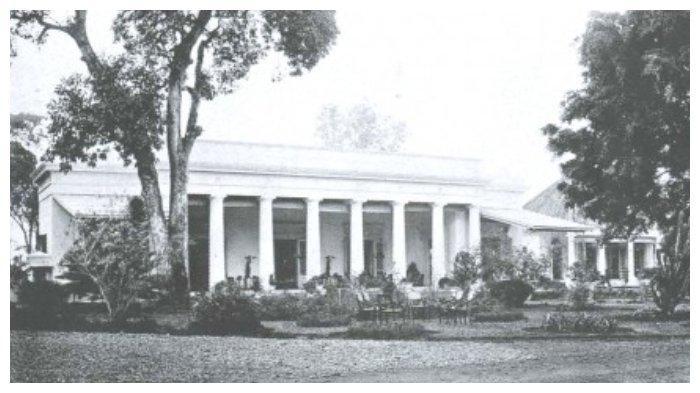 Gedung Pancasila ketika masih berfungsi sebagai Gedung Volksraad di masa kolonial Belanda. (Encyclopedia DKI Jakarta)