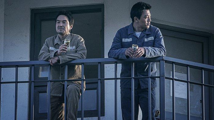 han-seok-kyu-dan-kim-rae-won-dalam-film-the-prison-2017.jpg