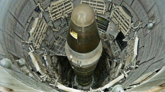 icmb-nuklir-titan-ii-yang-tidak-aktif-terlihat-di-sebuah-silo-di-museum-rudal-titan.jpg