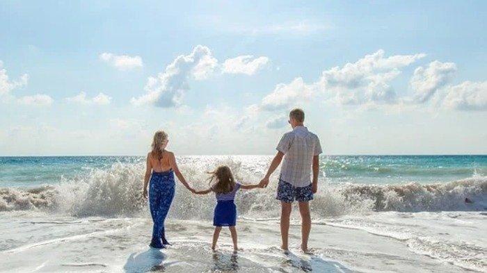Ilustrasi liburan ke pantai bersama keluarga