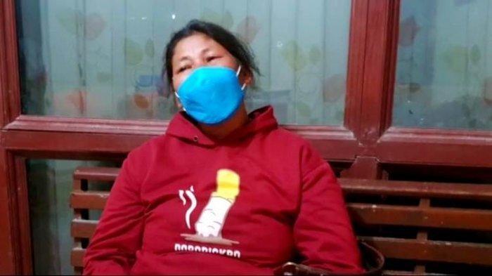 Risma Sitorus, istri dari Salamat Sianipar, pasien Covid-19 yang sempat dianiaya warga kampung memberikan keterangan.