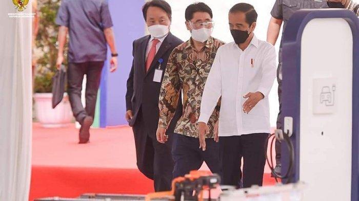Presiden Jokowi di acara groundbreaking (peletakan batu pertama) pembangunan Pabrik Industri Baterai Kendaraan Listrik PT HKML Battery Indonesia di Karawang, Jawa Barat, Rabu, (15/9/2021).
