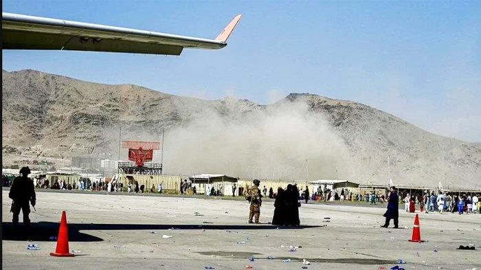 Detik-detik bom bunuh diri yang meledak di tengah kerumunan orang di Gerbang Abbey Bandara Kabul, Afghanistan, pada Kamis 26 Agustus 2021. Sebanyak 60 warga Afghanistan dan 13 marinir AS tewas dalam serangan bom bunuh diri ganda ini dan ISIS mengeluarkan pernyataan sebagai pihak yang bertanggung jawab atas ledakan tersebut.