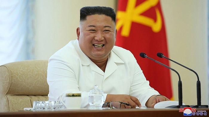 Foto Kim Jong Un tersenyum ini dipotret pada (7/6/2020) dan dirilis oleh media ofisial Korea Utara Korean Central News Agency (KCNA) pada (8/6/2020). Dalam foto Kim Jong Un sedang menghadiri dan memimpin pertemuan atau rapat Politbiro ke-13 Partai Buruh di lokasi yang tidak disebutkan di Korea Utara.