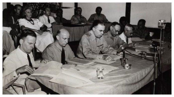 Jenderal H.J. van Mook duduk ditengah saat membuka Konferensi Malino. (KITLV)