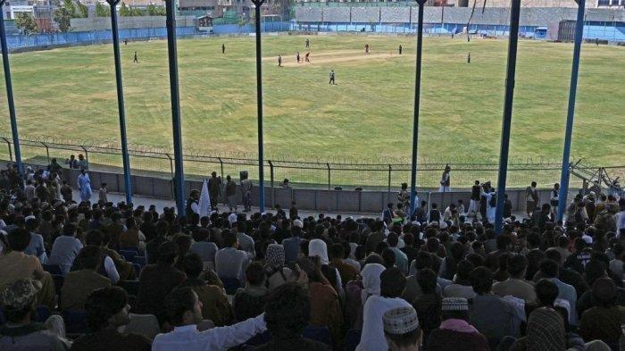 Penonton menyaksikan pertandingan uji coba kriket Twenty20 yang dimainkan antara dua tim Afghanistan 'Pembela Perdamaian' dan 'Pahlawan Perdamaian' di Stadion Kriket Internasional Kabul di Kabul pada 3 September 2021. Wanita Afghanistan, termasuk tim kriket nasional wanita, akan dilarang memainkan permainan olahraga di bawah pemerintahan Taliban yang baru.