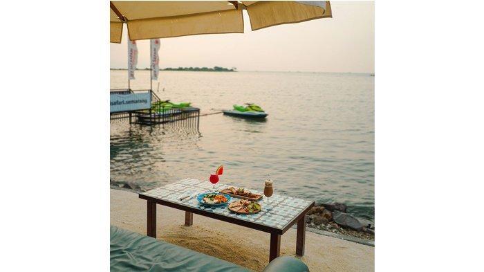 Menyantap hidangan La Playa sambil menikmati pantai dengan suara ombak dan semilir angin yang menyejukkan