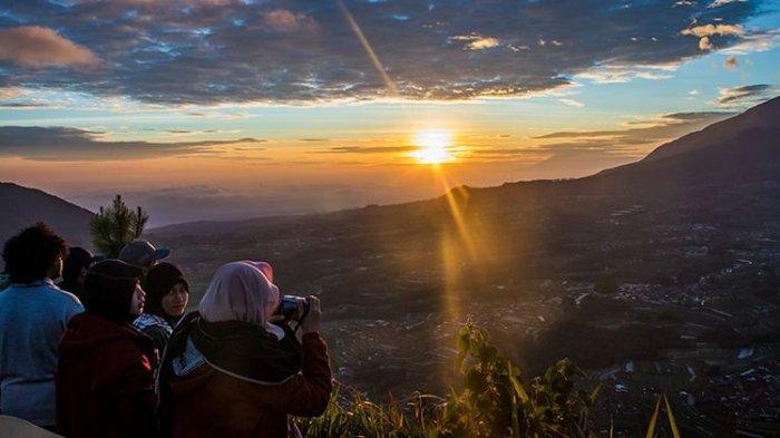 matahari-terbit-dilihat-dari-puncak-gunung-andong-10032019.jpg